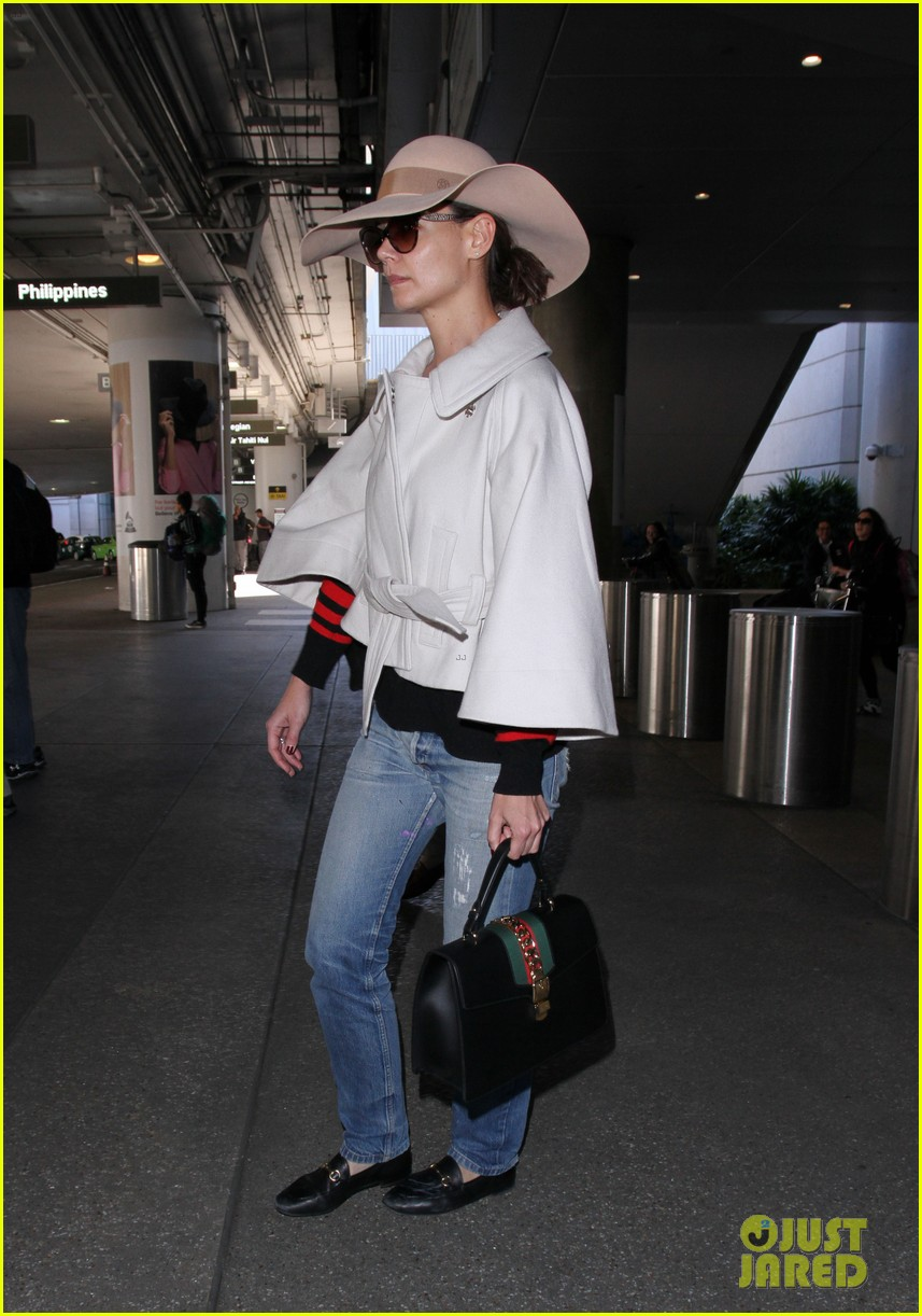 katie holmes goes incognito at the airport 033865542