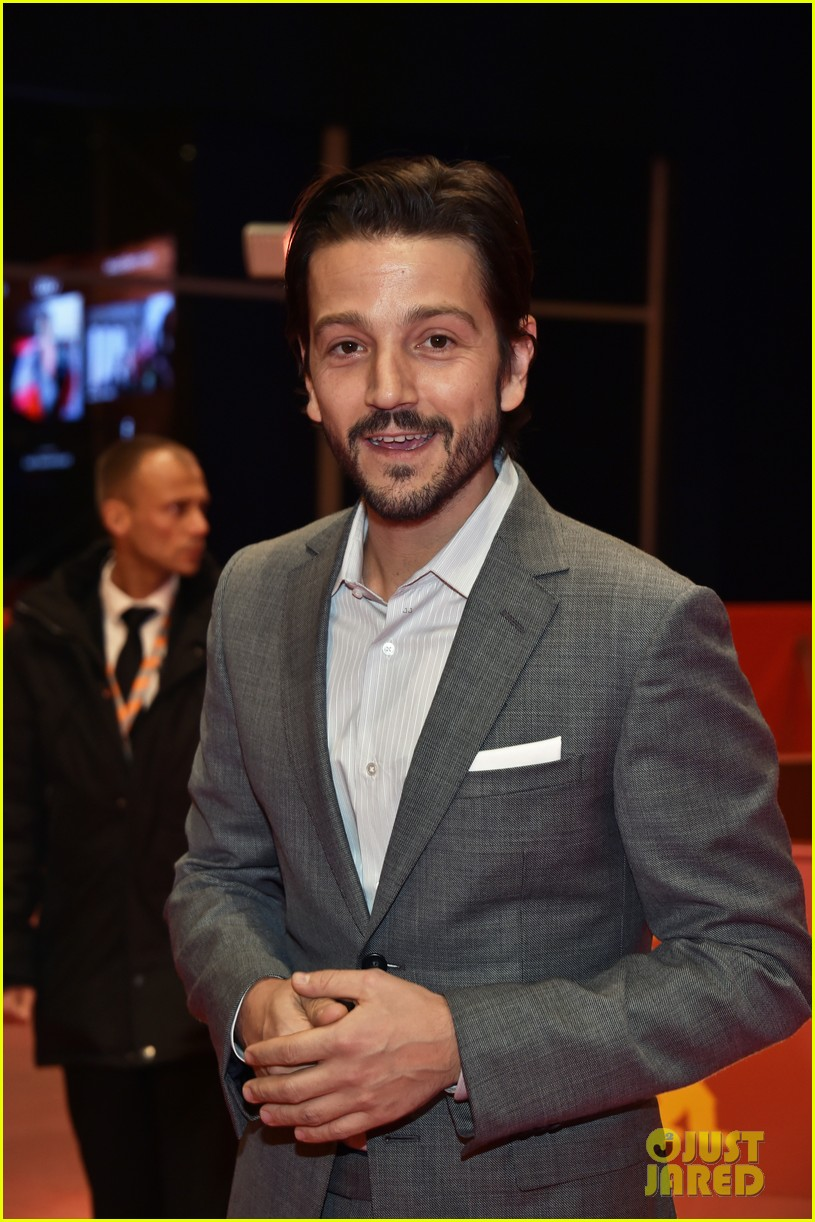 diego luna makes gesture of peace unity at berlin film fest 033860703