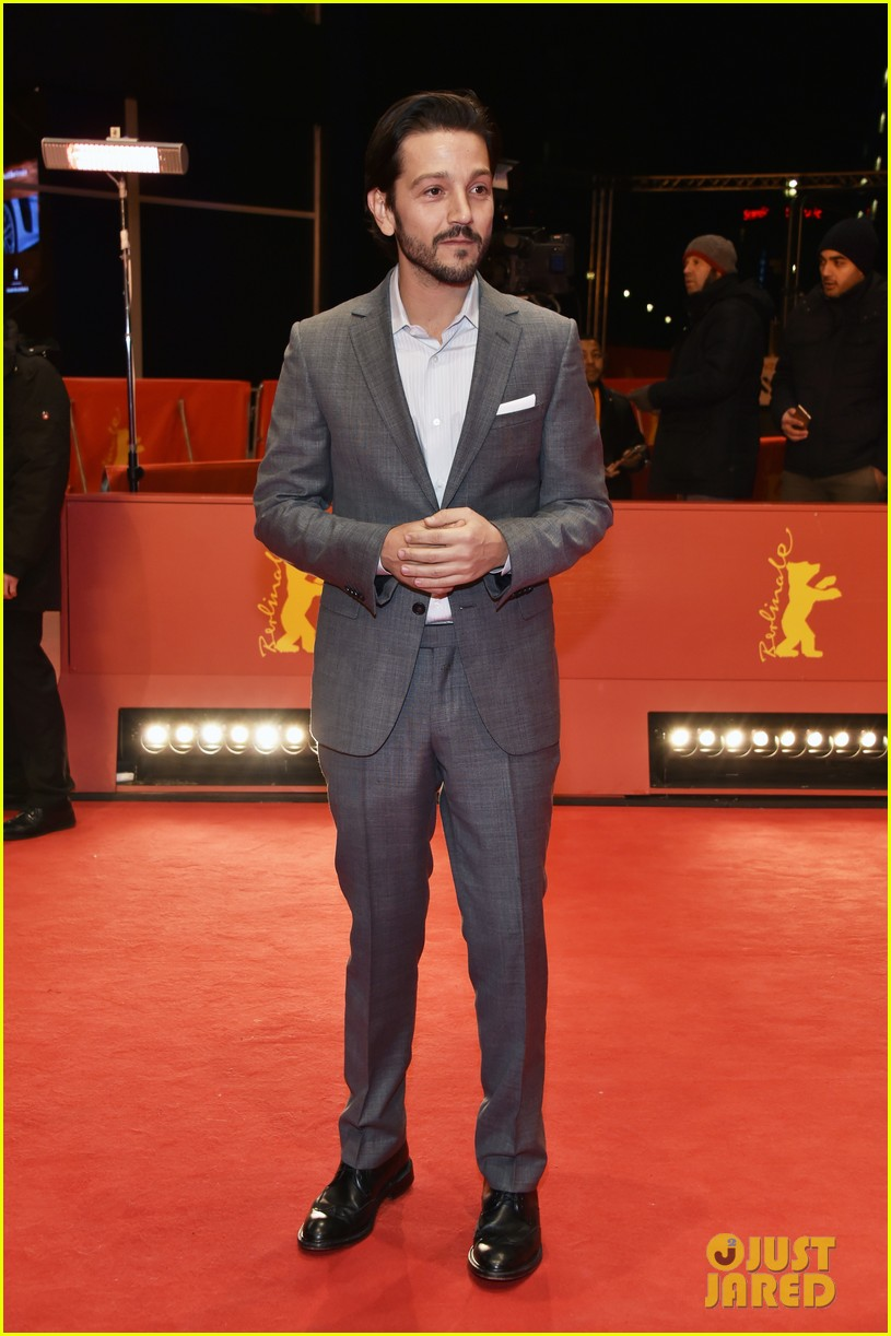 diego luna makes gesture of peace unity at berlin film fest 083860708