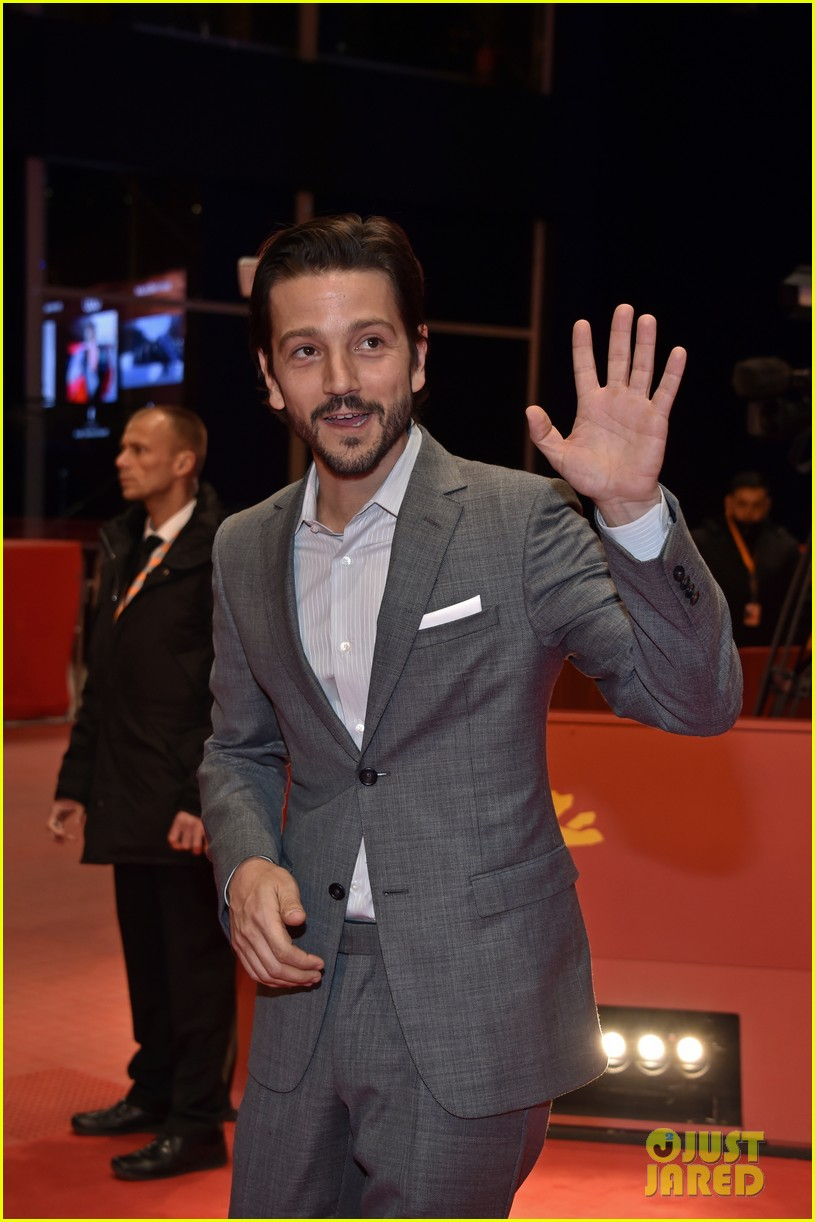diego luna makes gesture of peace unity at berlin film fest 093860709