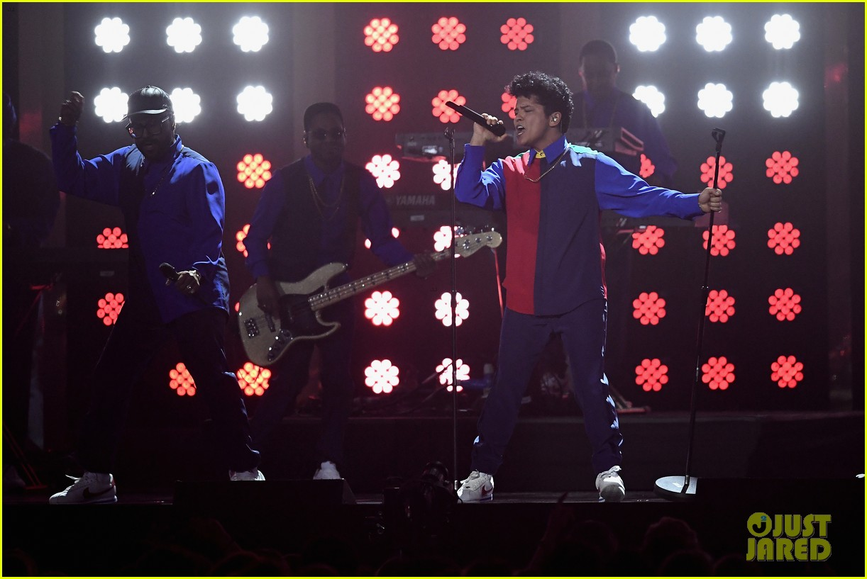 Bruno Mars Performs 'That's What I Like' At 2017 Brit