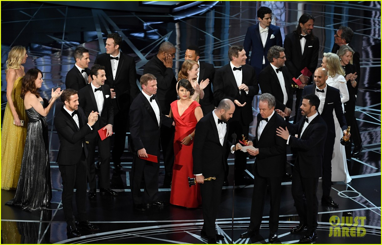 moonlight team accepts best picture after wrong winner announced 033867157