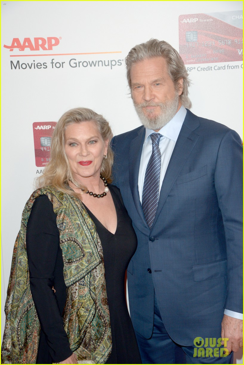 ruth neggas loving isabelle hupperts elle win big at aarps movies for grownups awards 043854683