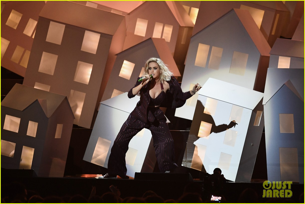 katy perry back up dancer falls off stage during brit awards 043864035
