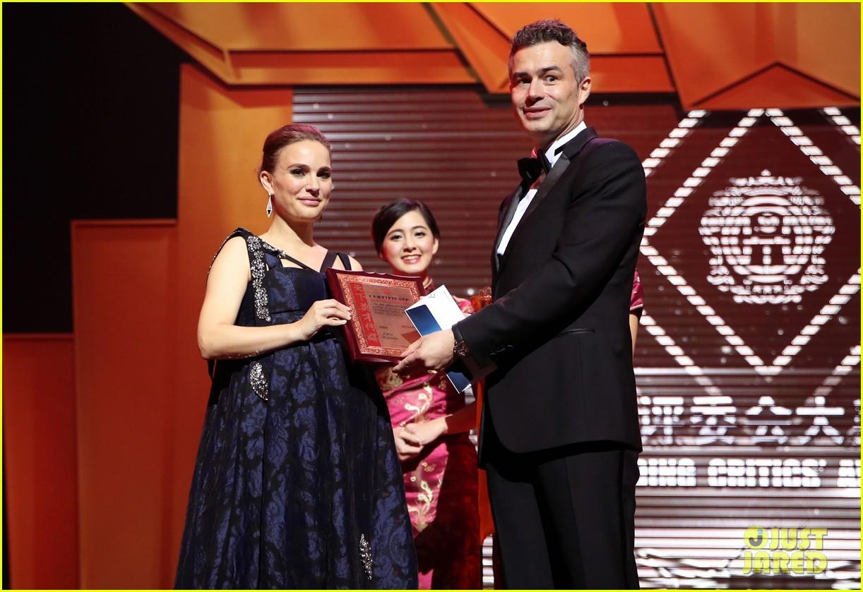 natalie portman awards season pregnancy style 163865630
