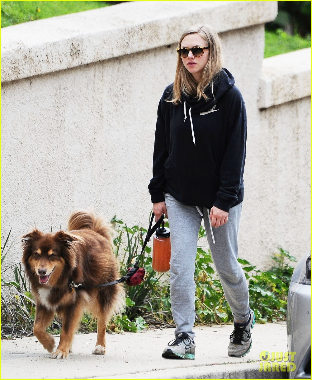 amanda seyfried covers up her baby bump 023863627