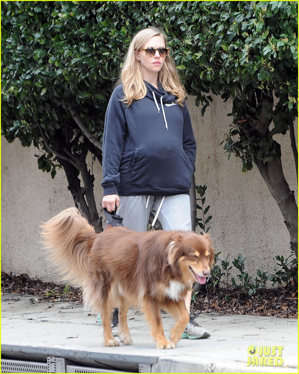 amanda seyfried covers up her baby bump 043863629