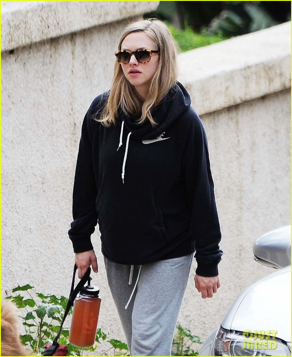 amanda seyfried covers up her baby bump 073863632