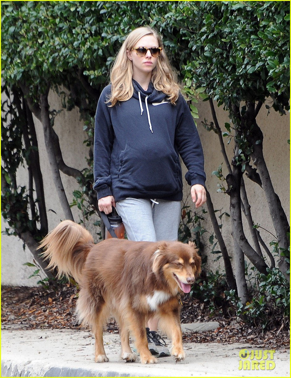 amanda seyfried covers up her baby bump 083863633