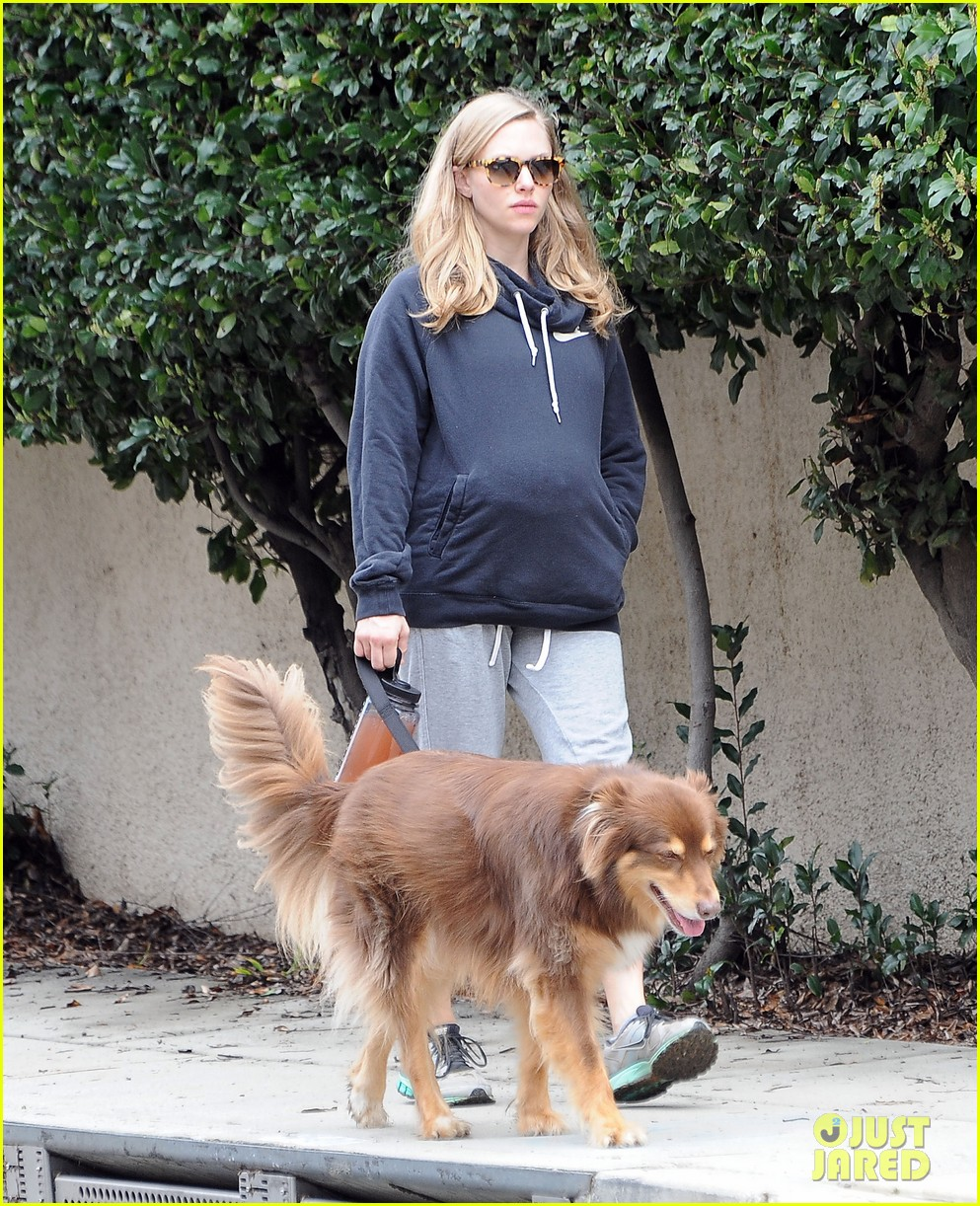 amanda seyfried covers up her baby bump 093863634