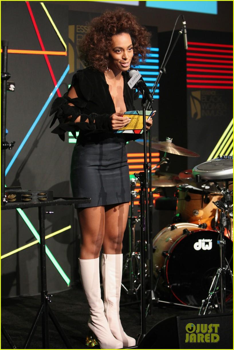 solange knowles honors erykah badu at essence black women in music bash 523856664