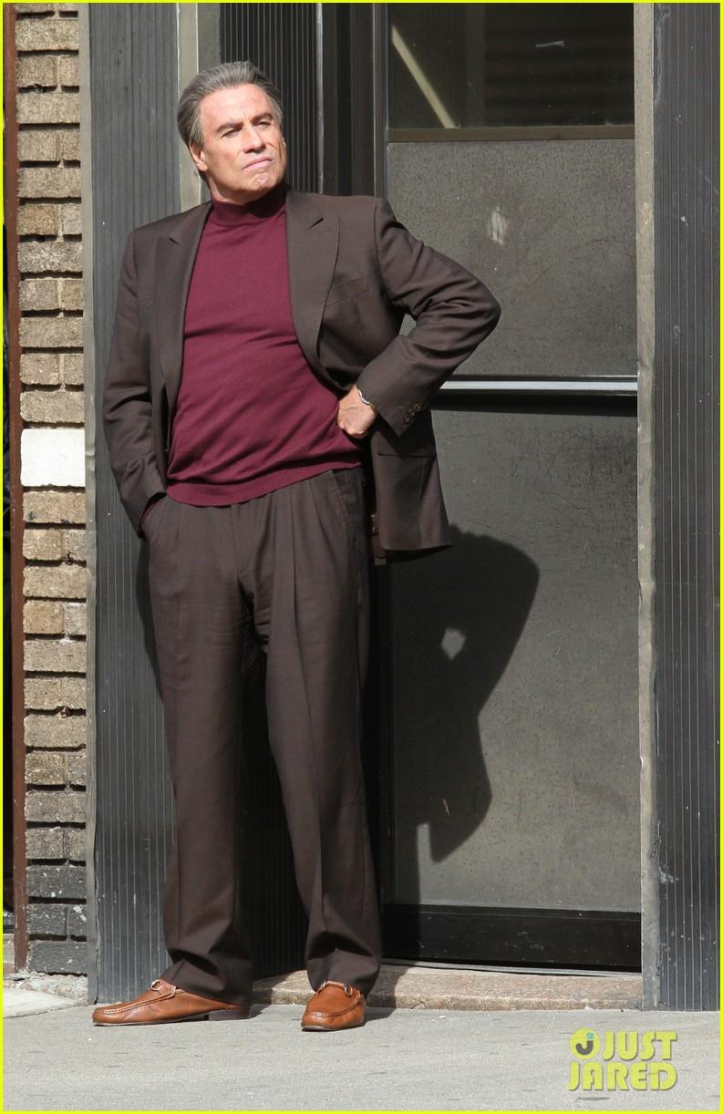 john travolta gets into character filming john gotti 023863546