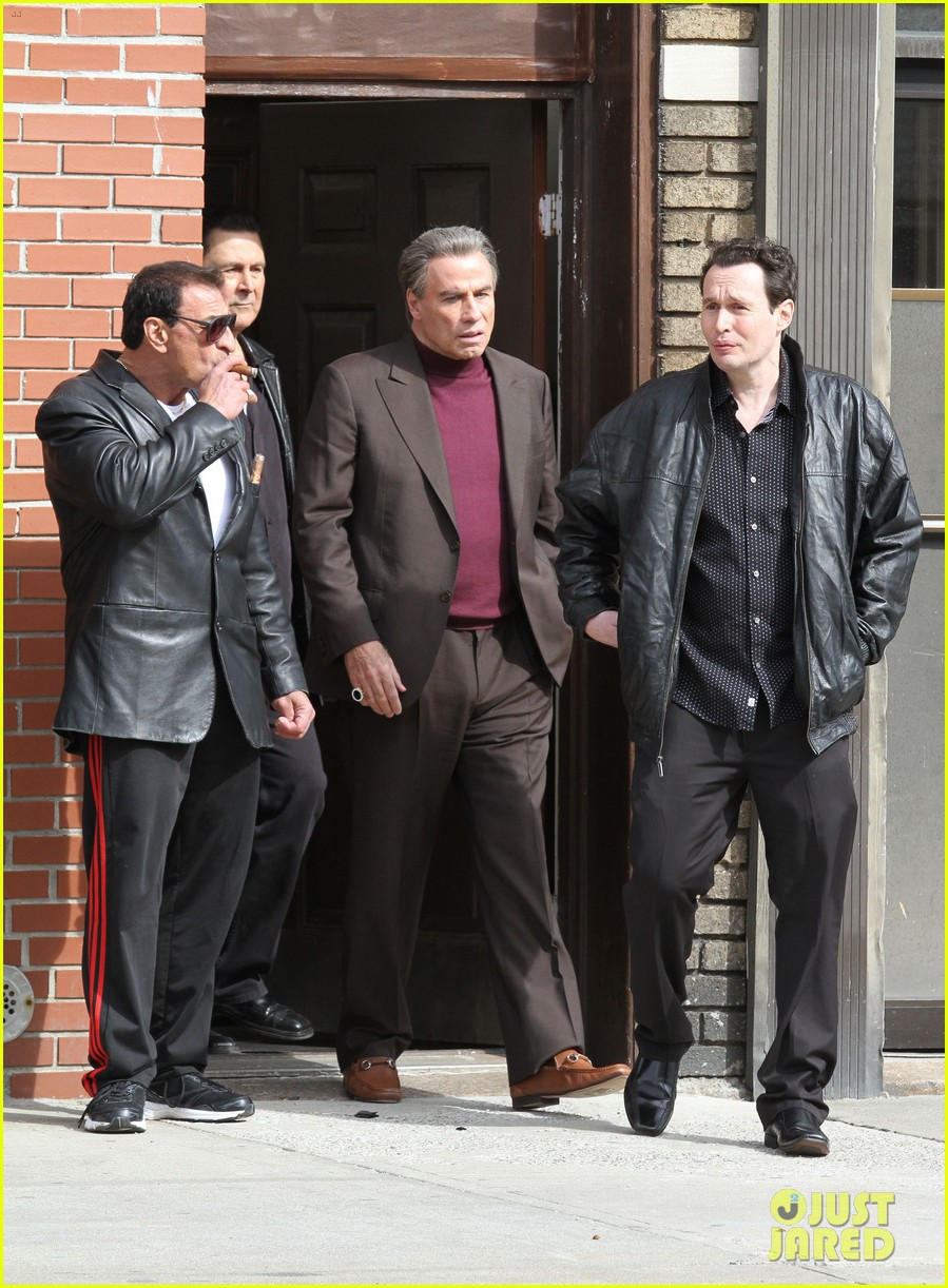 john travolta gets into character filming john gotti 093863553