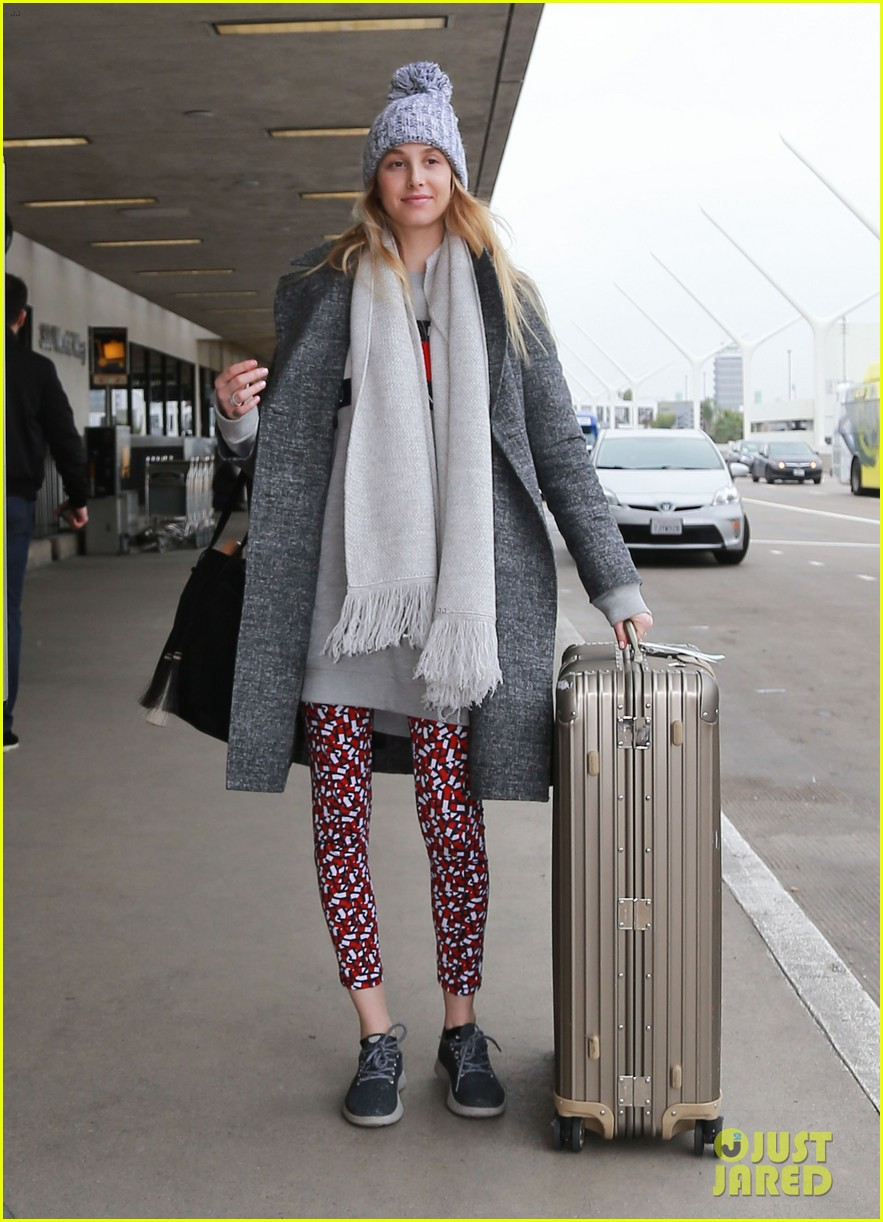 whitney port catches a flight after making pregnancy announcement 033857075