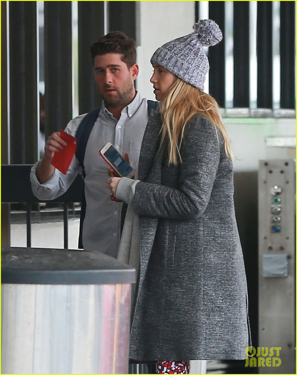 whitney port catches a flight after making pregnancy announcement 043857076