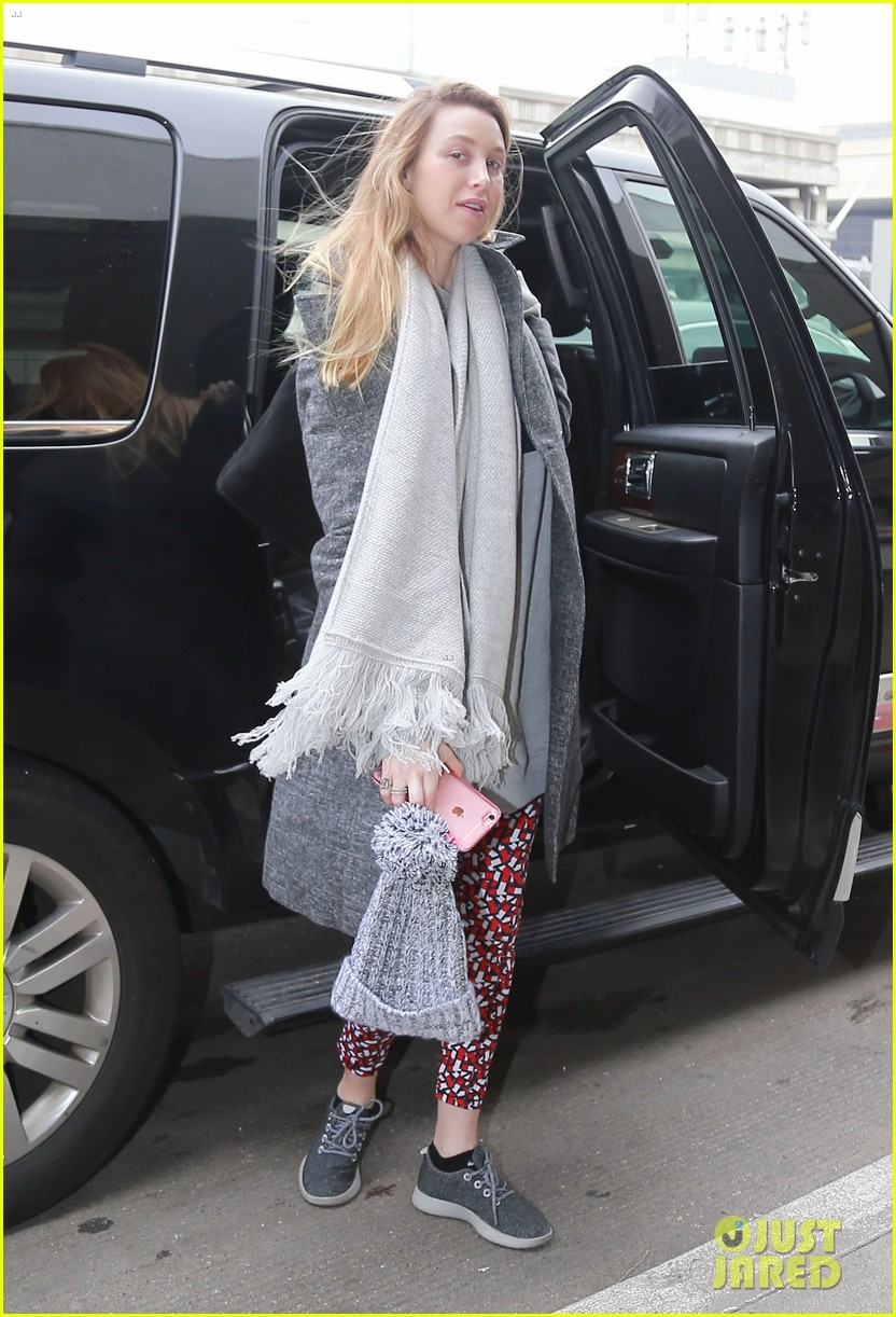 whitney port catches a flight after making pregnancy announcement 053857077