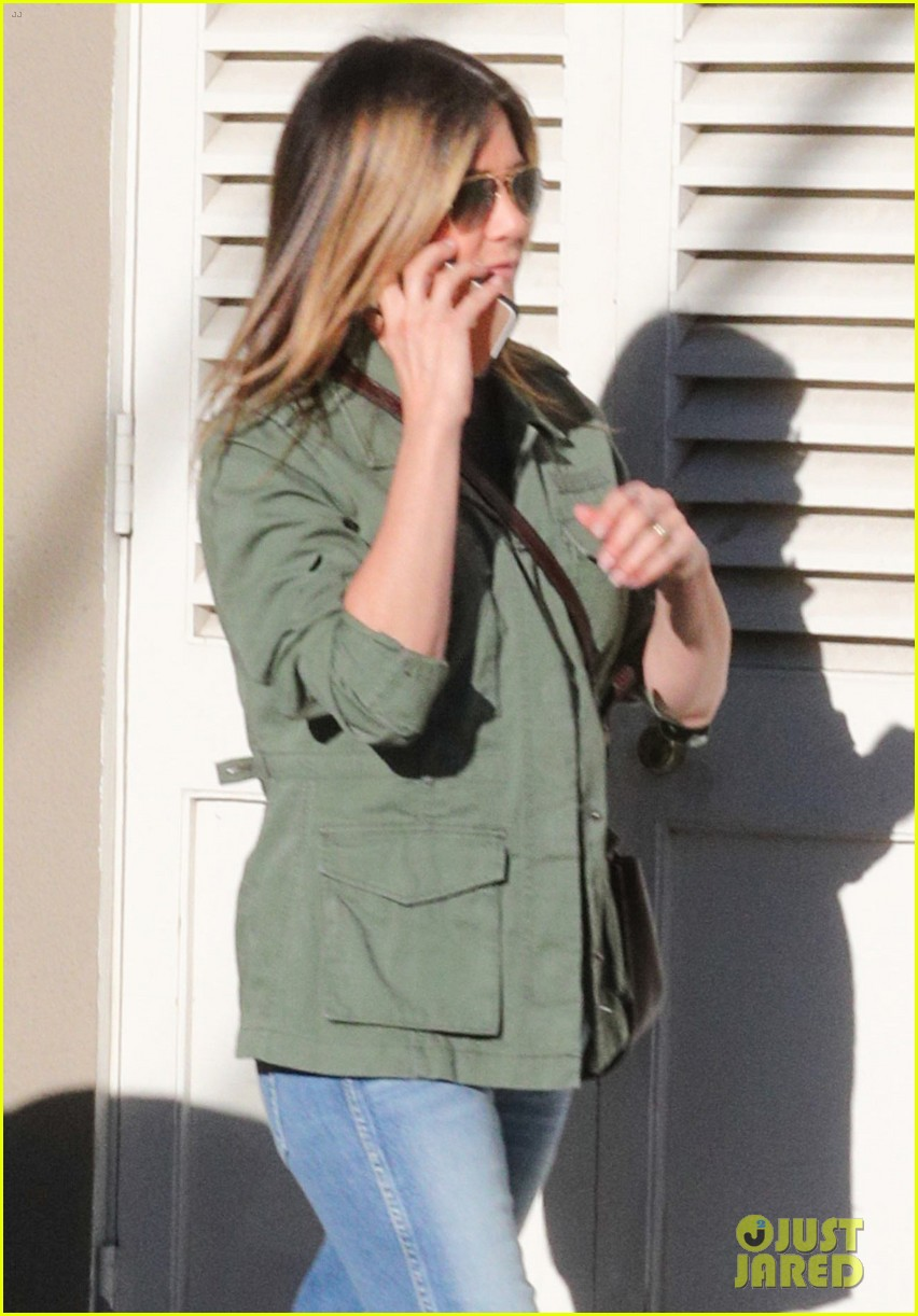 jennifer aniston spends the afternoon shopping 023871593