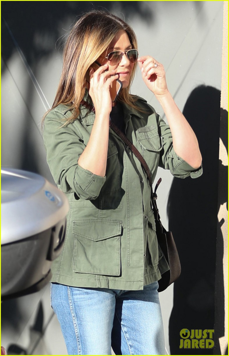 jennifer aniston spends the afternoon shopping 043871595