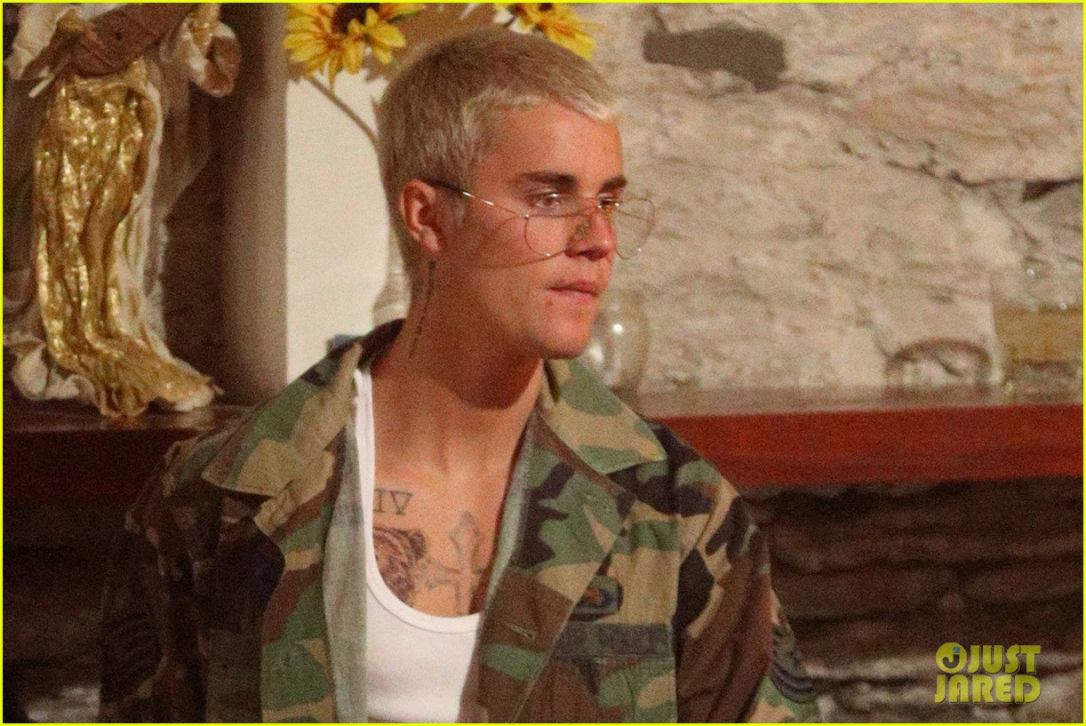 justin bieber goes shirtless in an australian bar 043876994