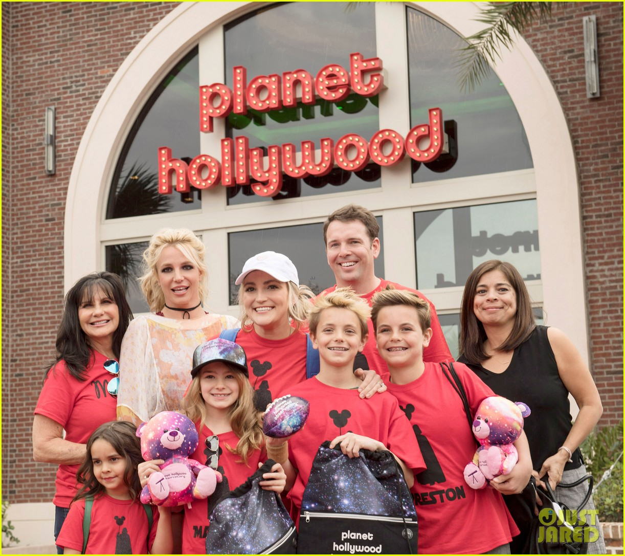 britney spears takes the whole family to disney 023873736