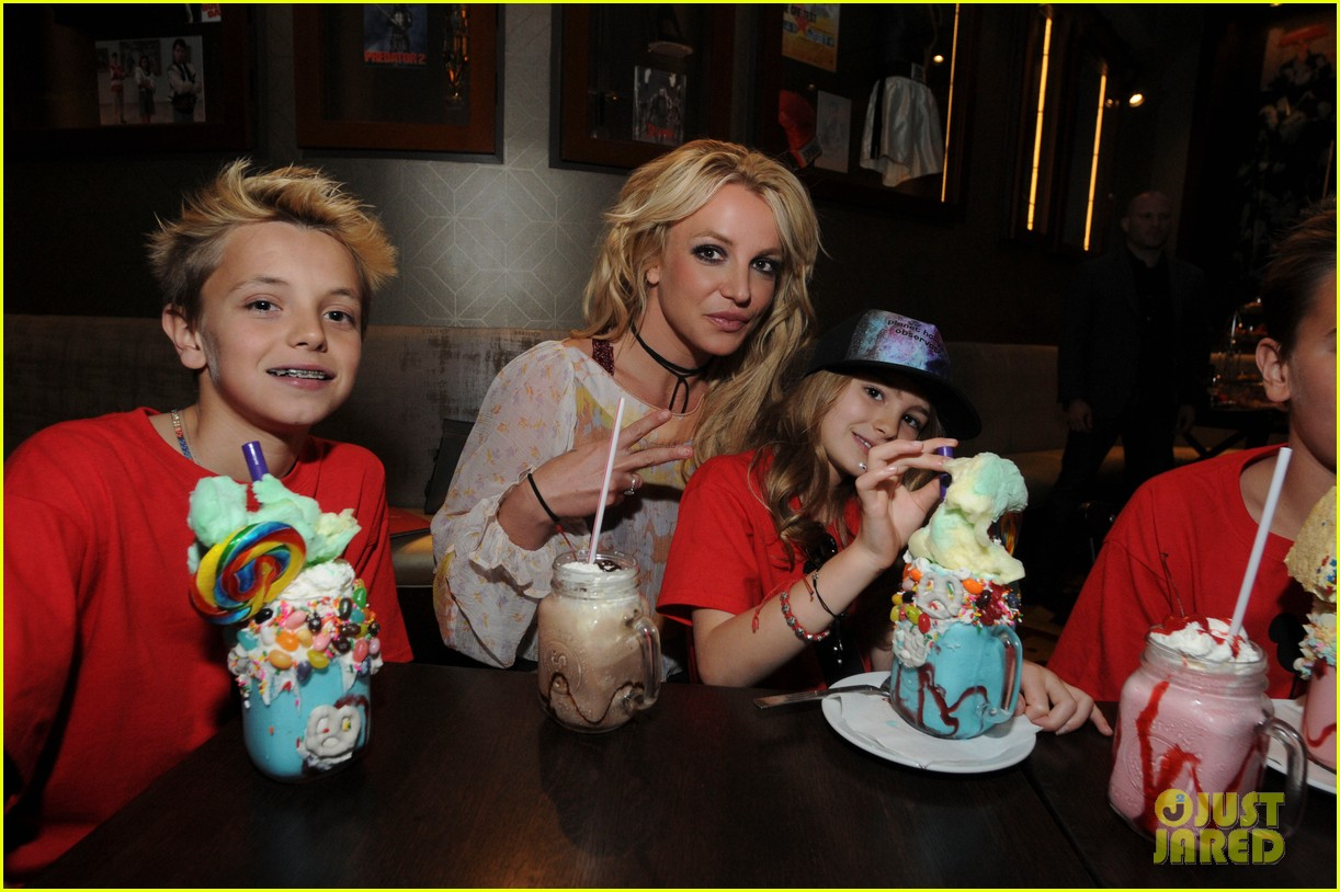 britney spears takes the whole family to disney 033873737