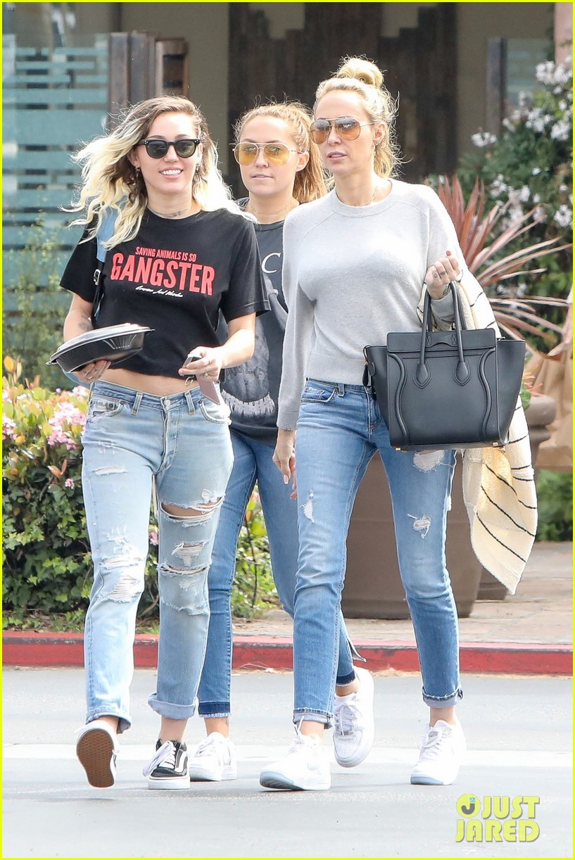miley cyrus grabs lunch with mom tish and sis brandy after wedding rumors 023876170