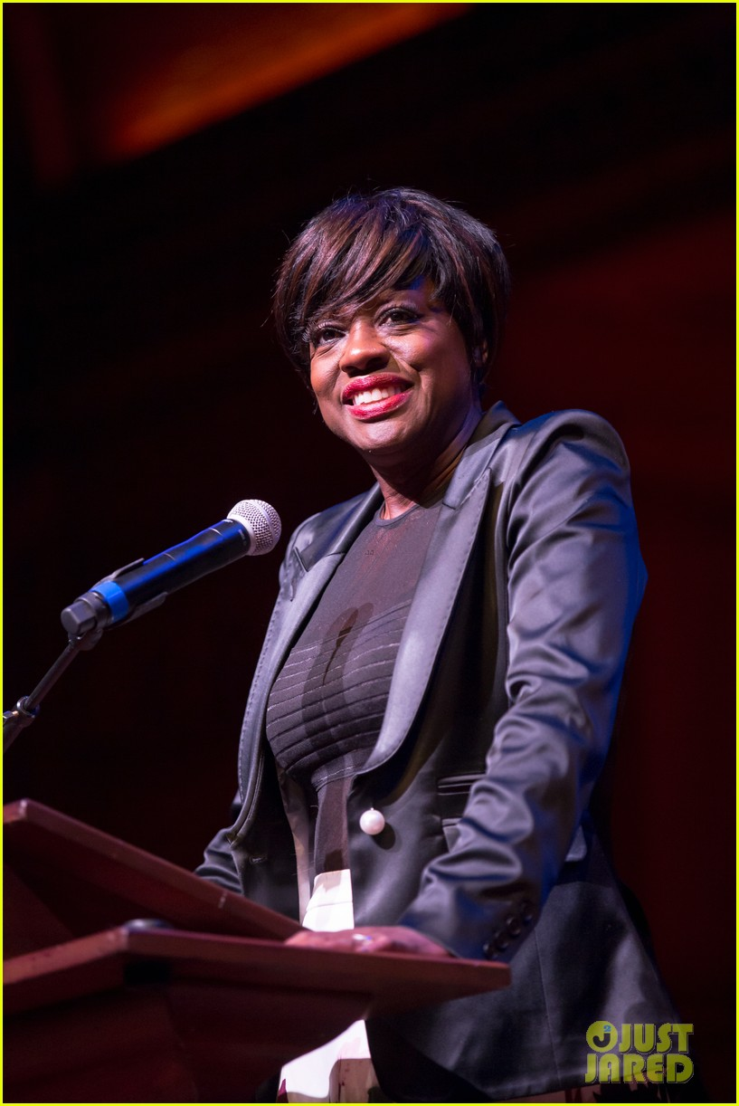 viola davis is super excited to receive harvards artist of the year 2017 043870094