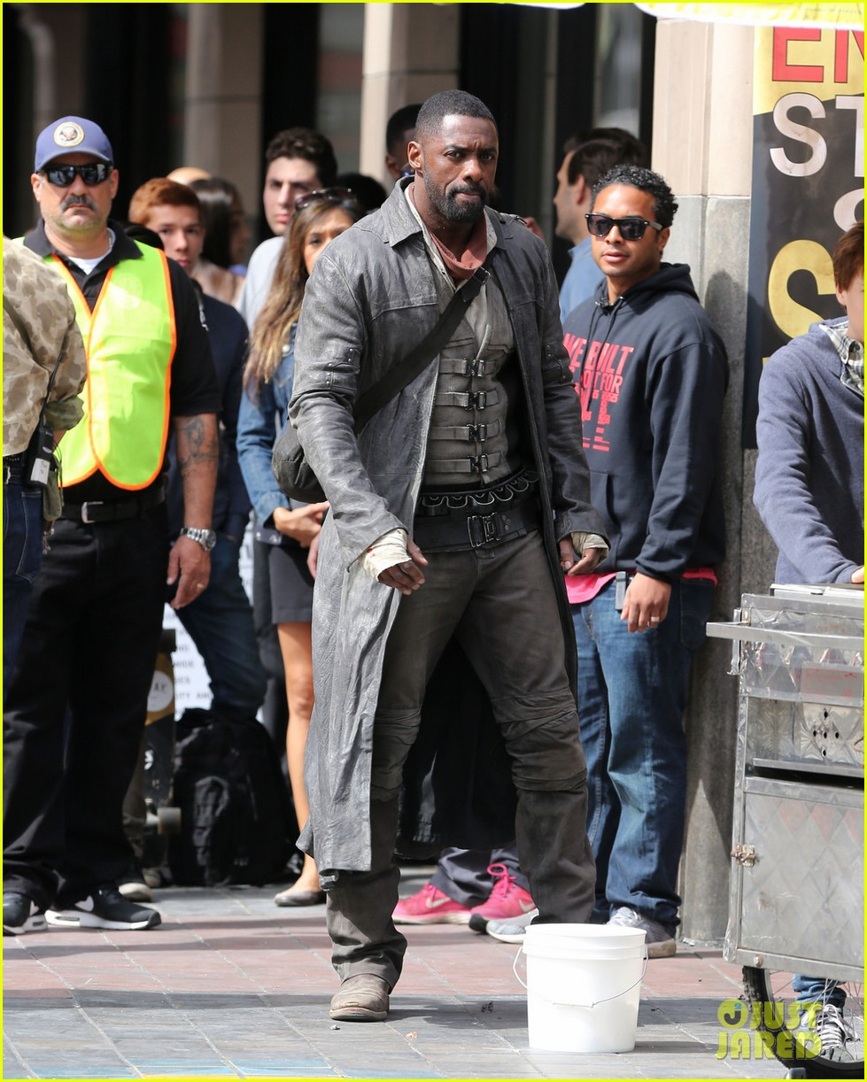 idris elba snacks on a hot dog while filming the dark tower in la 023870035