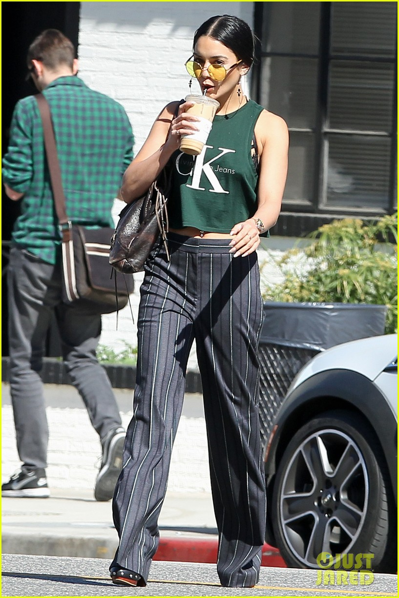 vanessa hudgens grabs lunch with her ladies 013873899