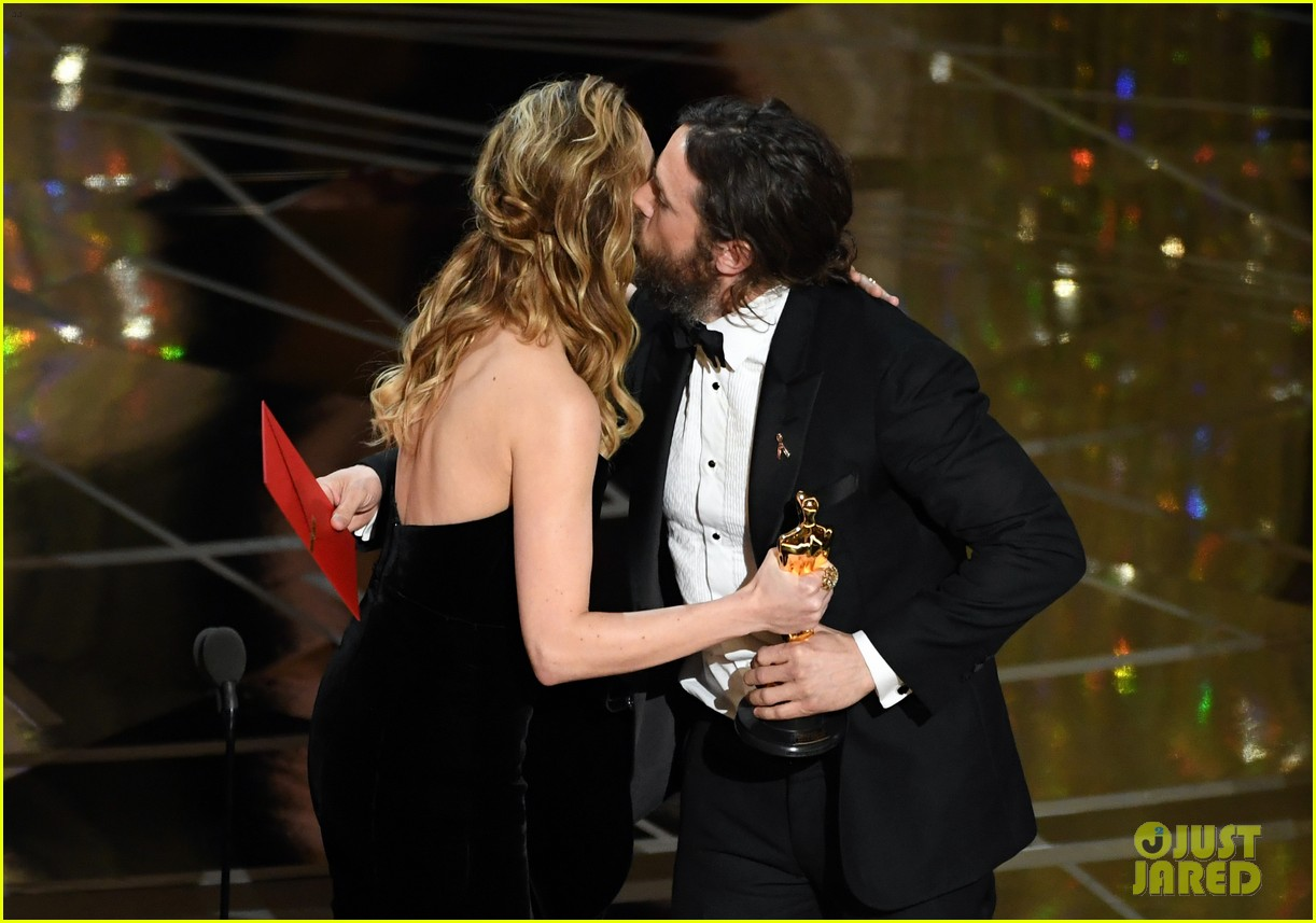 Brie Larson Speaks About Not Clapping For Casey Affleck At Oscars 2017 Photo 3871911 2017 Oscars Brie Larson Casey Affleck Pictures Just Jared,Beauty And The Beast Location In France