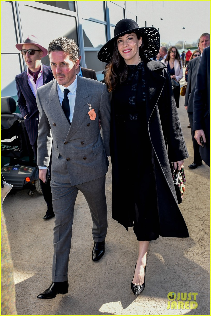 liv tyler finace dave gardner couple up at horse race 053874422