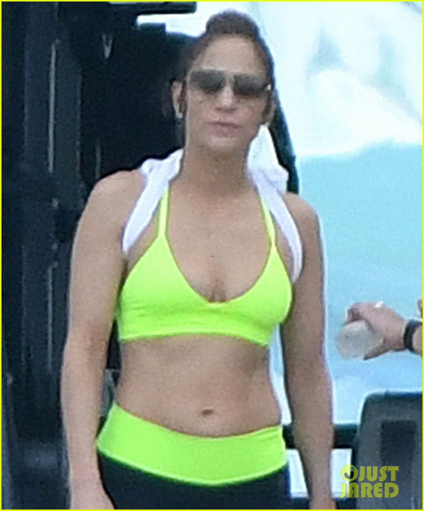 jennifer lopez puts toned body on display in the bahamas 023873415