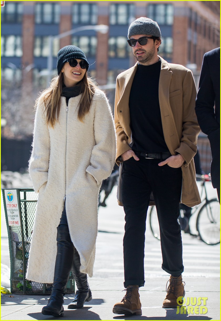 elizabeth olsen holds hands with mystery guy in new york 053876531