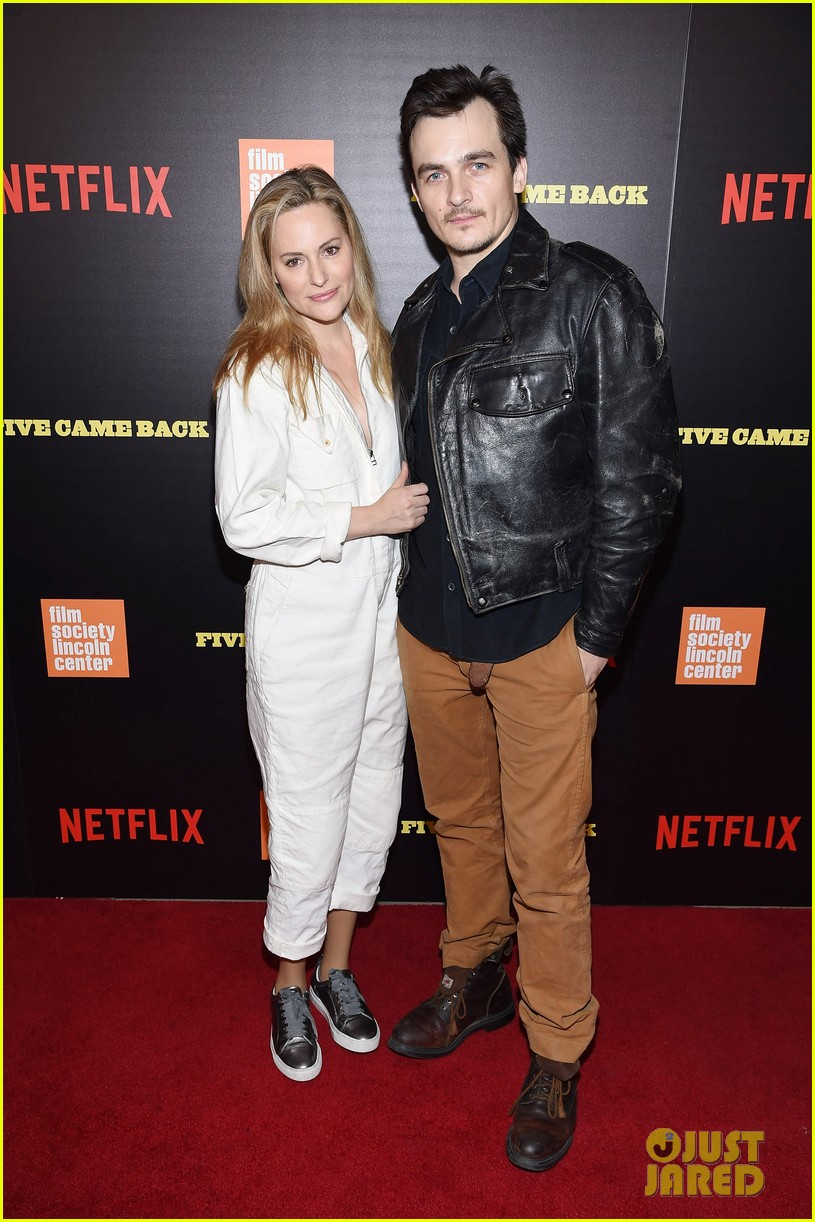 ben foster pregnant fiancee laura prepon bring baby bump to five came back world premiere 133879136