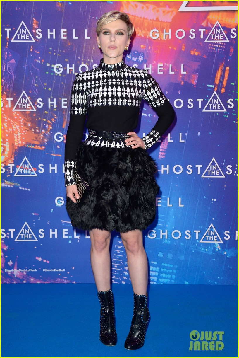Scarlett Johansson Wears Long Sleeved Dress With Feathers For Ghost In The Shell Paris Premiere Photo 3877096 Juliette Binoche Rupert Sanders Scarlett Johansson Pictures Just Jared