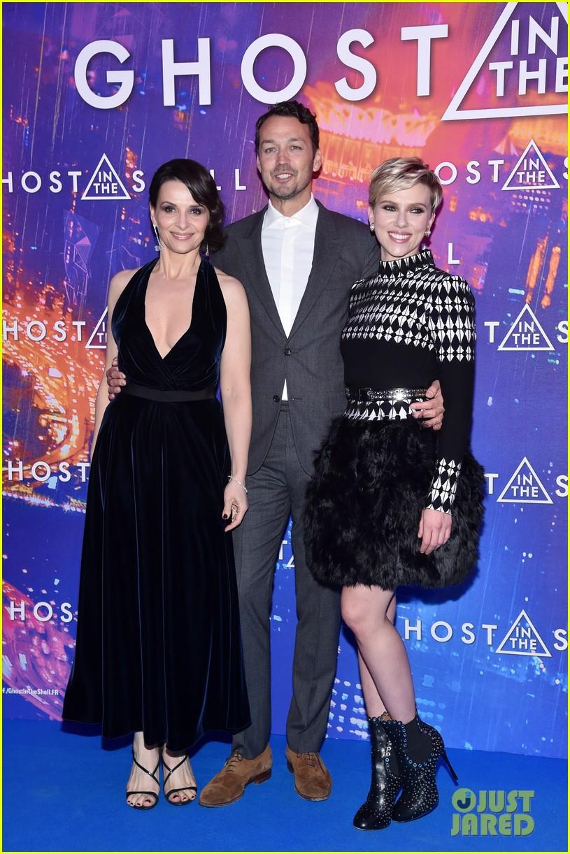 Scarlett Johansson Wears Long Sleeved Dress With Feathers For Ghost In The Shell Paris Premiere Photo 3877112 Juliette Binoche Rupert Sanders Scarlett Johansson Pictures Just Jared