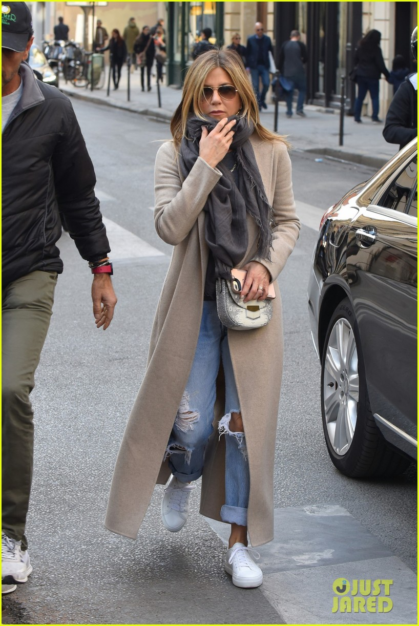 jennifer aniston steps out for solo shopping trip after red carpet date with justin theroux 013885956