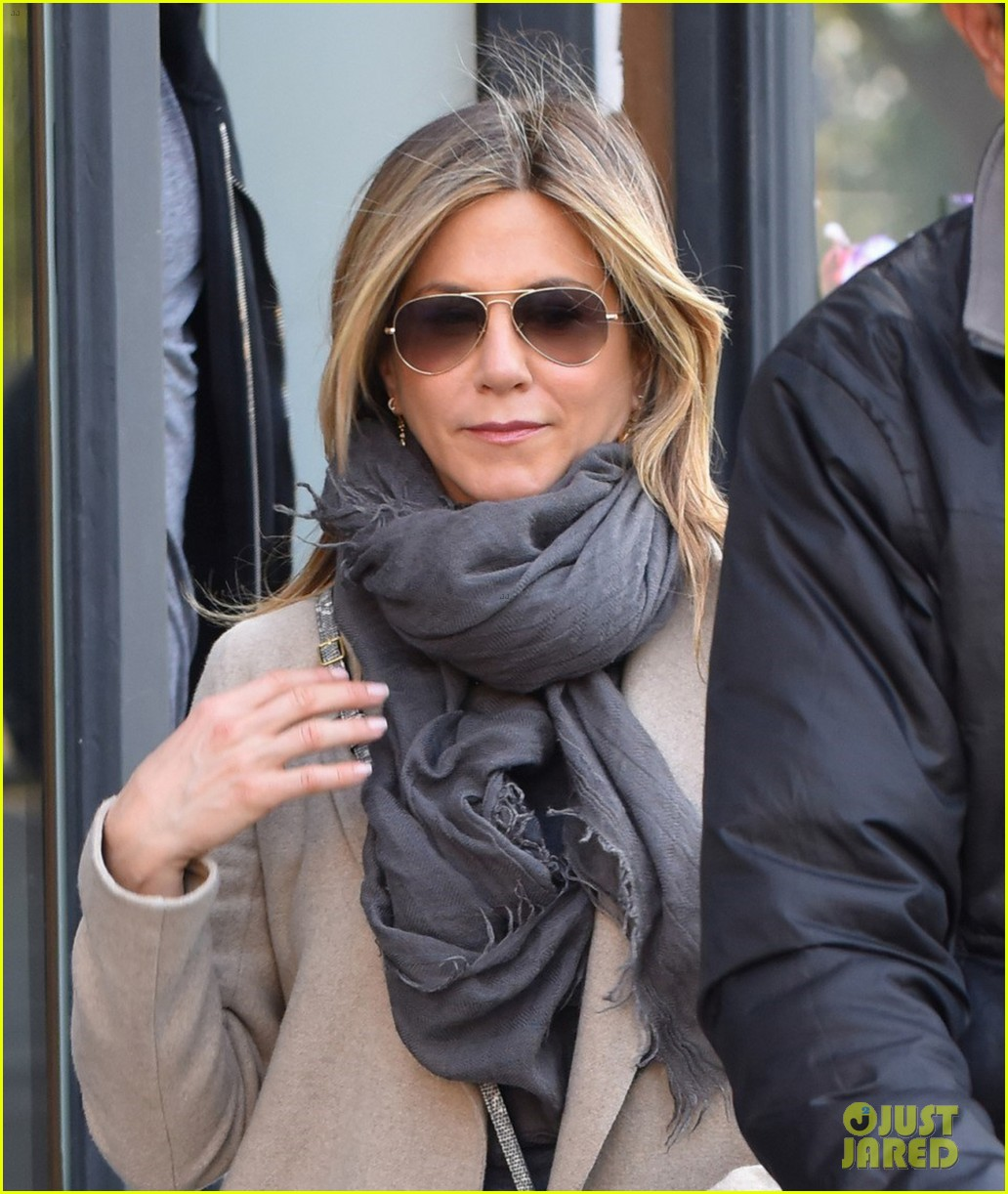 jennifer aniston steps out for solo shopping trip after red carpet date with justin theroux 023885957