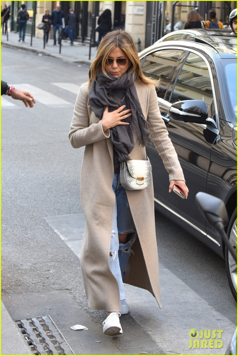 jennifer aniston steps out for solo shopping trip after red carpet date with justin theroux 033885958