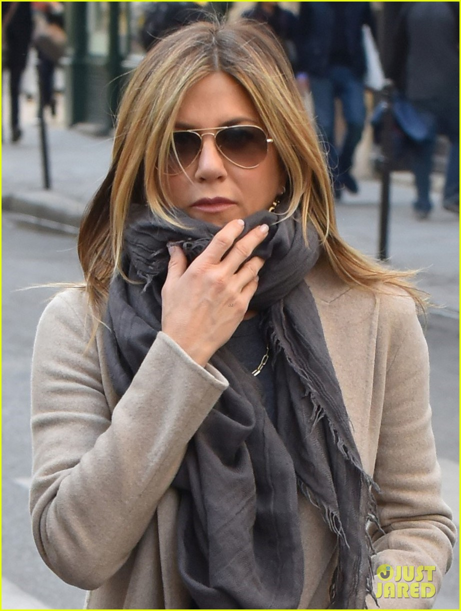 jennifer aniston steps out for solo shopping trip after red carpet date with justin theroux 043885959