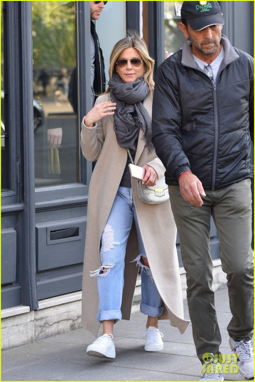 jennifer aniston steps out for solo shopping trip after red carpet date with justin theroux 053885960