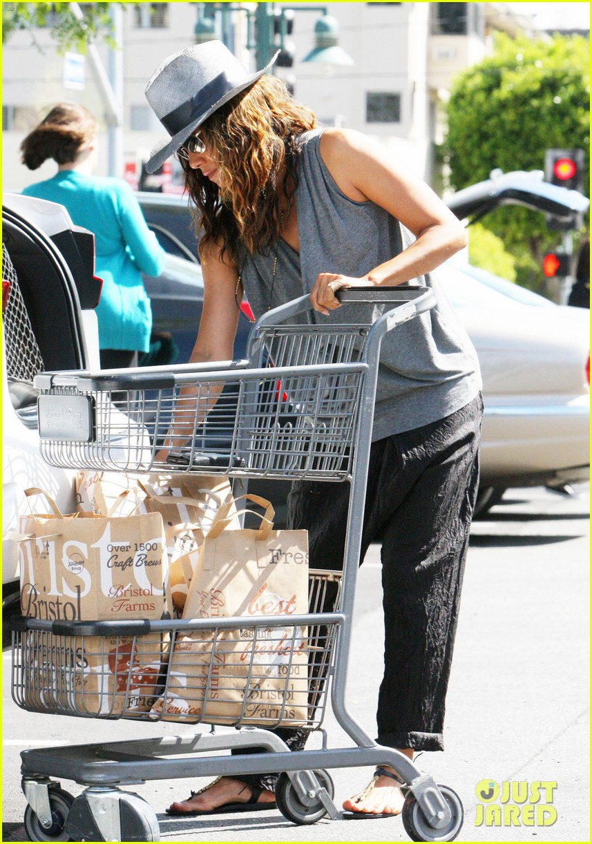 halle berry kicks off easter weekend with good friday post 033886011