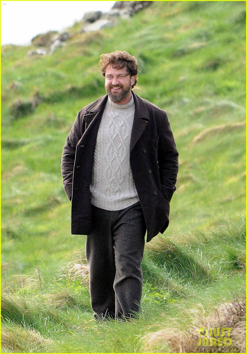 gerard butler gets to work on keepers in the fields of scotland 013883244