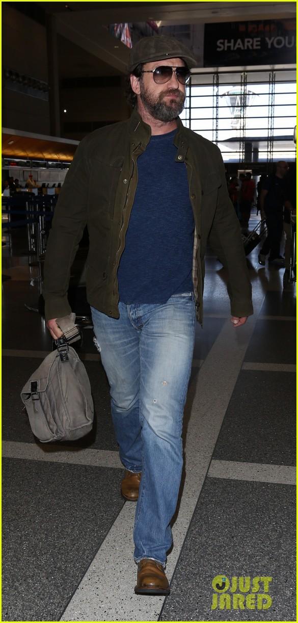 gerard butler travels light for flight out of la 023880814