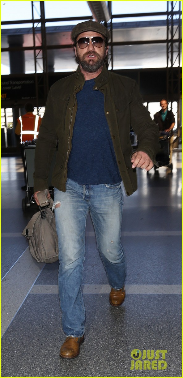 gerard butler travels light for flight out of la 043880816