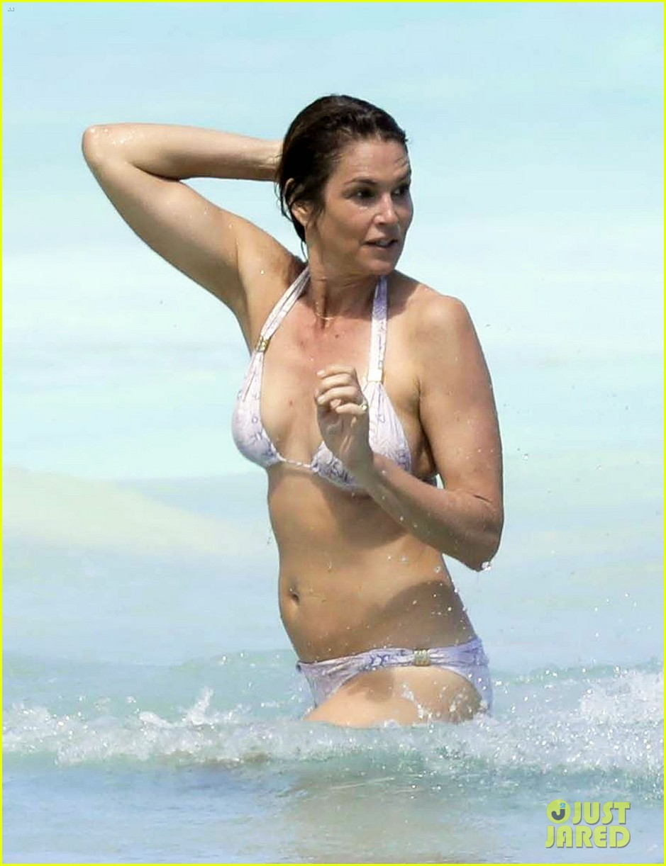 cindy crawford works bikini beach 013881950