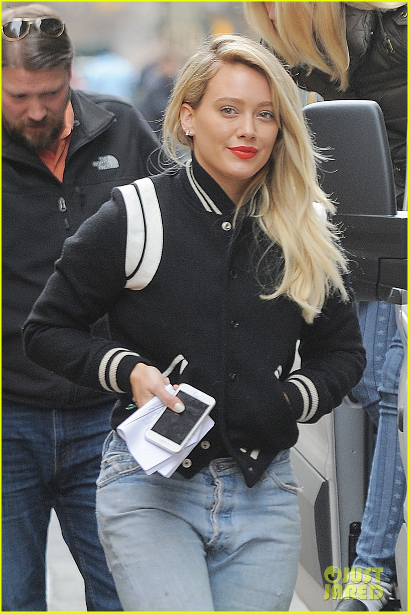 hilary duff gets a surprise visitor on set of younger 013882716