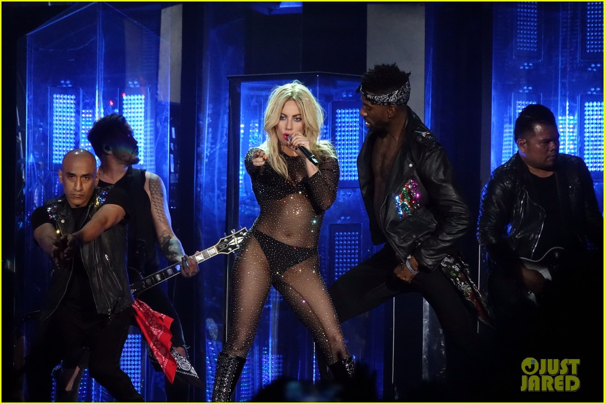 Lady Gaga - Σελίδα 3 Lady-gaga-coachella-fashion-07