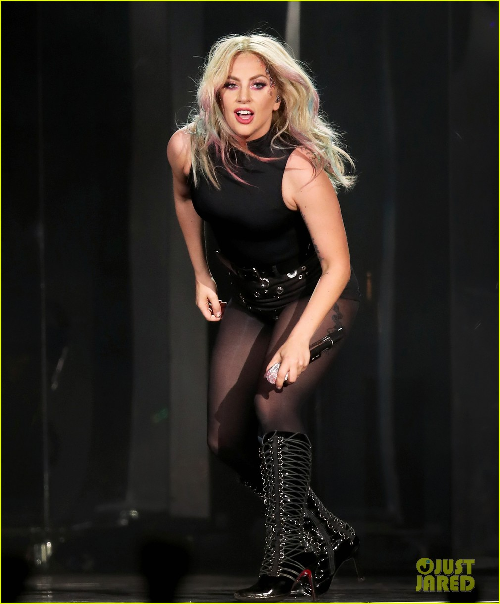 gaga dedicates performance to close friend 033889635