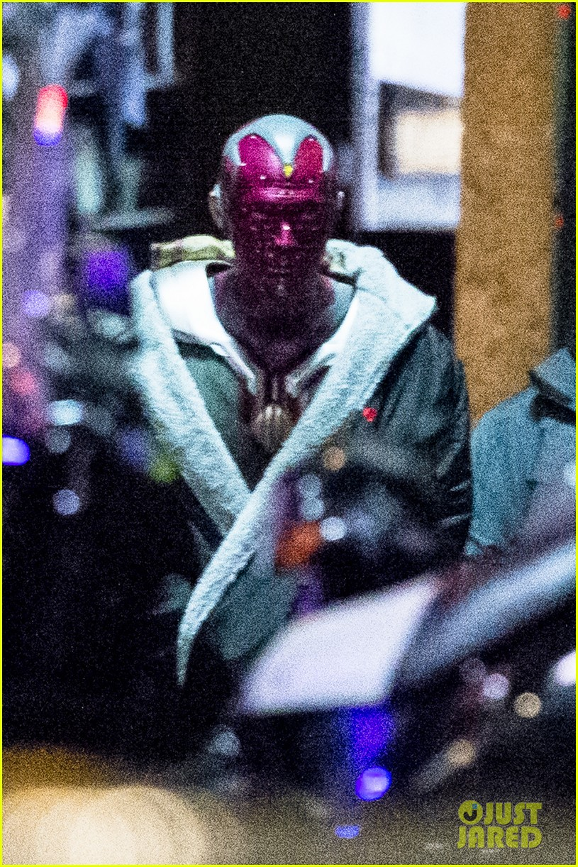 elizabeth olsen avengers infinity war paul bettany set photos 073888796